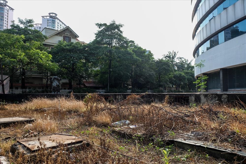 Nằm ngày trung tâm của quận Cầu Giấy nhưng nơi đây chỉ giống như một bãi đất hoang không người lui tới.