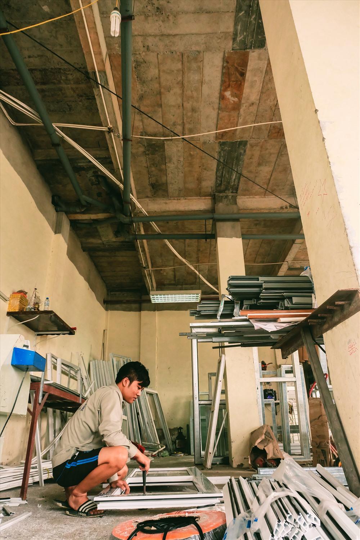 """Tầng 1 được một số xưởng hàn thuê lại làm kho chứa đồ. Tường bên trong nhiều chỗ đã bong tróc, trần nhà thì bị chắp vá. Theo anh Minh, một công nhân tại đây cho biết: """"Tôi đã làm ở đây khá lâu, nhưng chẳng thấy một ai ra vào tòa nhà. Cũng không thấy họ xây dựng thêm hay sửa chữa gì. Cứ bỏ như vậy thôi"""""""