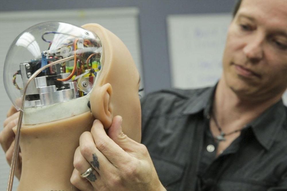 Sau đó, nó sẽ được đắp lớp mặt nạ che phủ các cấu kiện bên trong đầu.