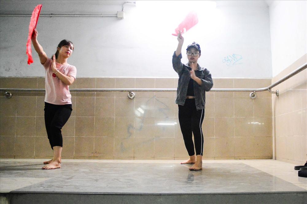 Những góc hầm yên tĩnh giúp những bạn trẻ tập luyện những bài võ thuật cổ truyền. Bạn Ngân chia sẻ, bạn là sinh viên trường Đại học Quốc gia cách hầm chỉ vài trăm mét nên bạn cũng hay xuống đây tập luyện những thế võ.
