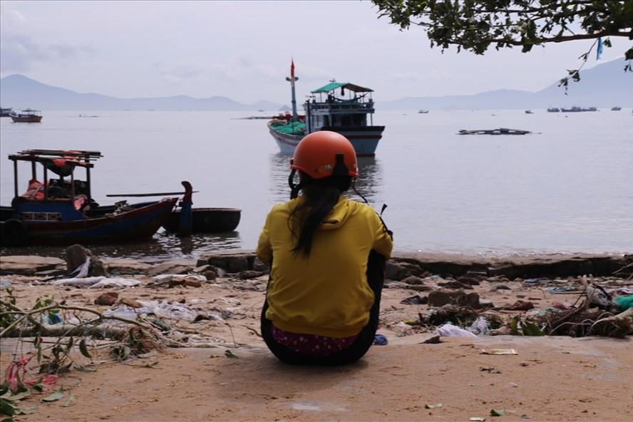 Nhiều người phụ nữ vẫn chờ tin chồng, con mất tích trên vịnh Vân Phong sau bão số 12. Ảnh: H.L