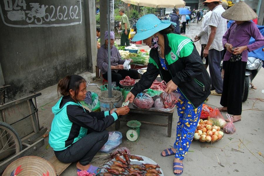 Chợ chiều bán thịt chuột luôn đông khách.