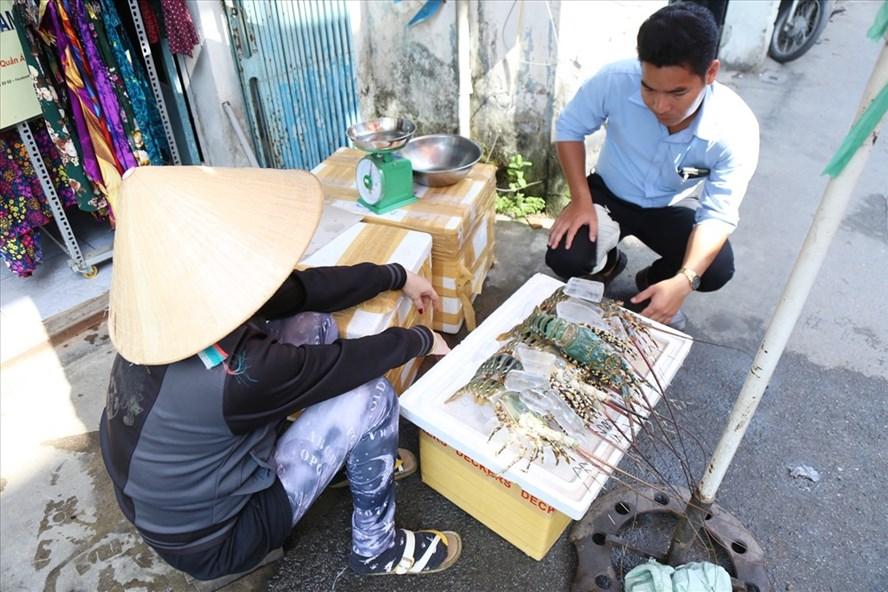 Gánh tôm hùm vùng tâm bão ra phố bán giá rẻ