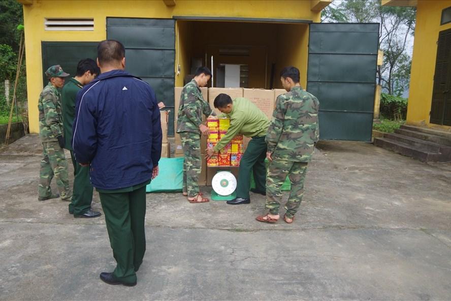 Lực lượng biên phòng kiểm đến số pháo lâu.