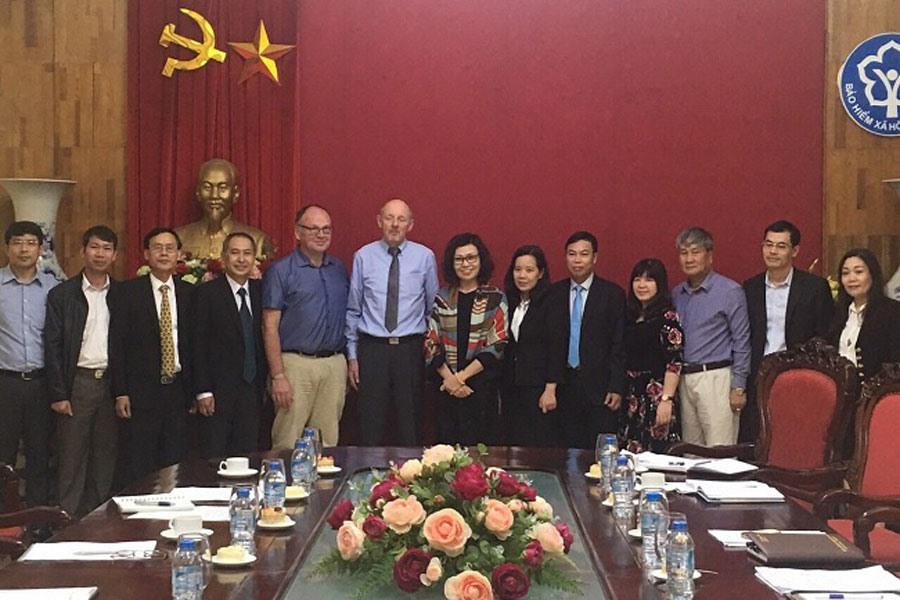 Lãnh đạo BHXH Việt Nam chụp ảnh lưu niệm với đoàn chuyên gia về bảo hiểm hưu trí của Cộng hòa Liên bang Đức. Ảnh: H.P