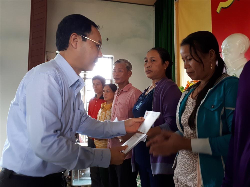 Đoàn lãnh đạo TP Hồ Chí Minh trao quà cho bà con xã đảo Tam Hải. Ảnh: CĐ