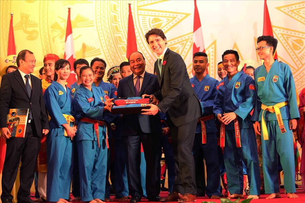 Ông Mai Hữu Tín – Chủ tịch Liên đoàn vovinam Việt Nam đã đại diện môn phái vovinam Việt Võ Đạo và Liên đoàn vovinam Việt Nam trao tặng bộ võ phục và Hồng đai danh dự có thêu tên thủ tướng Justin Trudeau một cách trang trọng.