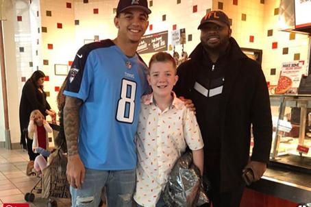 """Jarrett Guarantano - cầu thủ bóng đá của đội đại học Tennessee, đã đăng tấm ảnh chụp chung với Keaton, trong đó anh gọi cậu bé là """"người bạn mới tốt nhất""""."""