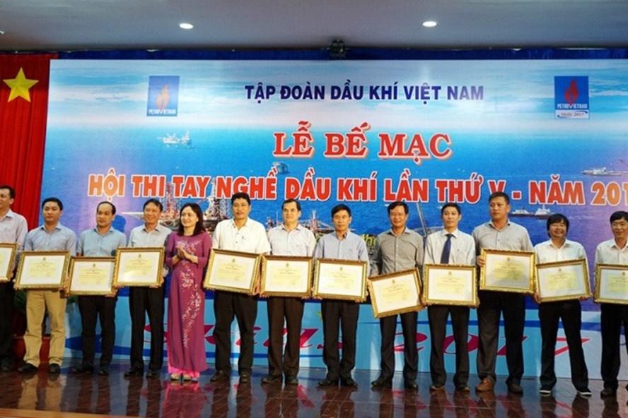 Đồng chí Nghiêm Thùy Lan - Chủ tịch Công đoàn Dầu khí Việt Nam trao Bằng khen và tặng thưởng 12 Công đoàn trực thuộc. Ảnh: PV