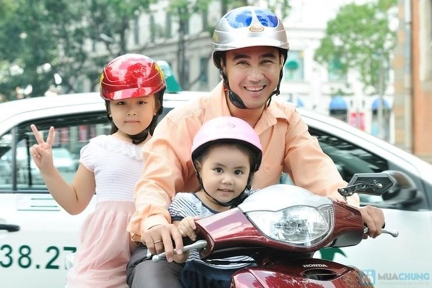 Sau 10 năm thực hiện quy định bắt buộc đội mũ bảo hiểm đối với người đi mô tô, xe gắn máy, tỷ lệ người dân chấp hành đội mũ bảo hiểm khi tham gia giao thông đã đạt hơn 90%.