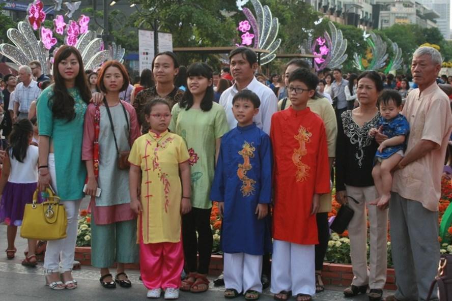 Người dân vui Tết đường hoa Nguyễn Huệ.