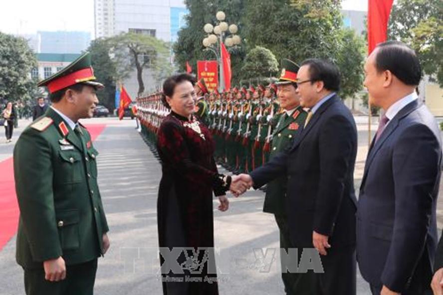 Cán bộ, chiến sĩ Bộ Tư lệnh Thủ đô Hà Nội đón Chủ tịch Quốc hội Nguyễn Thị Kim Ngân. Ảnh: Trọng Đức/TTXVN