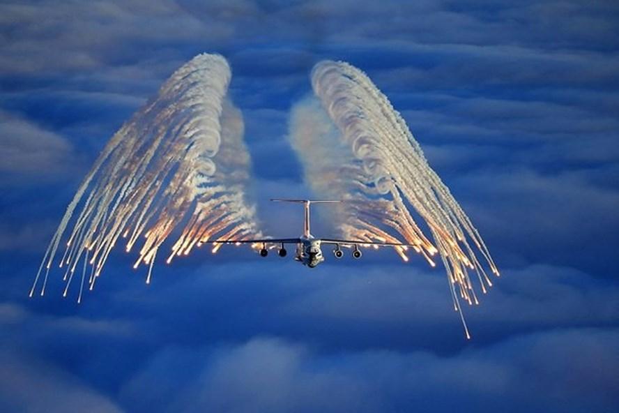 Ilyushin Il-76, máy bay vận tải đa năng 4 động cơ, đang rải bẫy nhiệt.