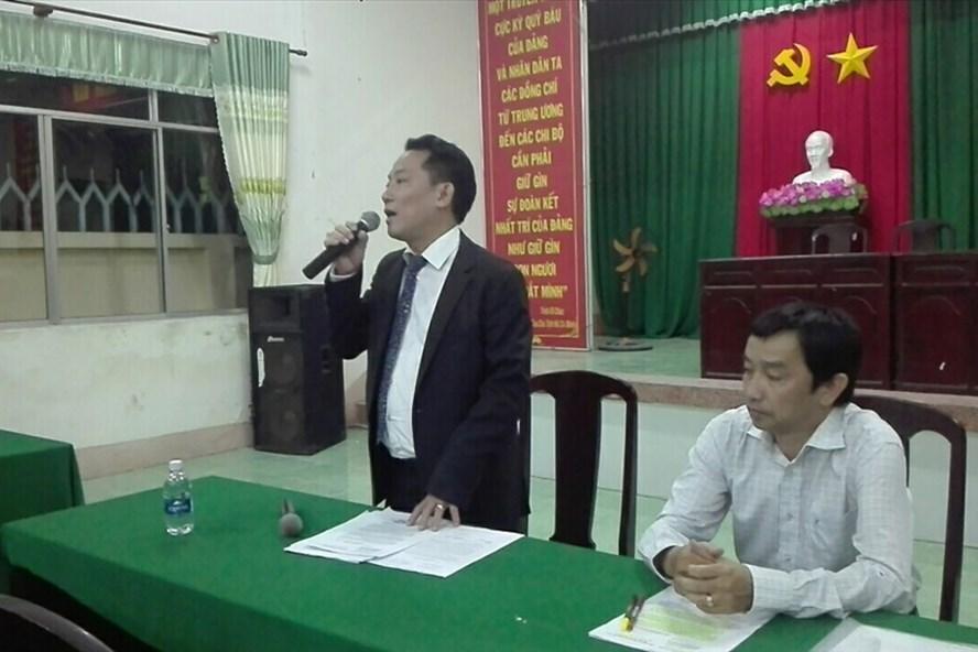 Đại diện chủ đầu tư thông báo với người dân về việc giảm giá vé qua trạm (ảnh: P.V)