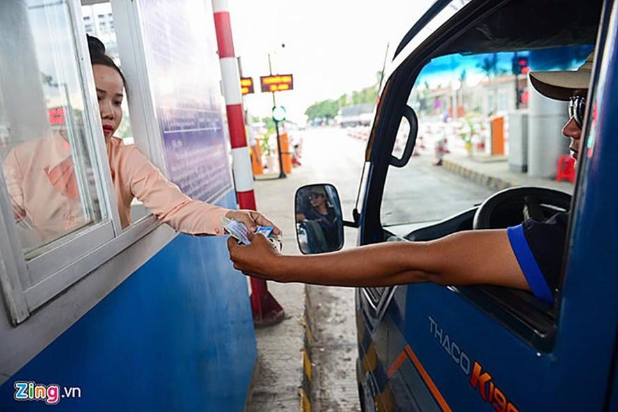 Thu phí tại trạm Cai Lậy (ảnh: Zing.vn).