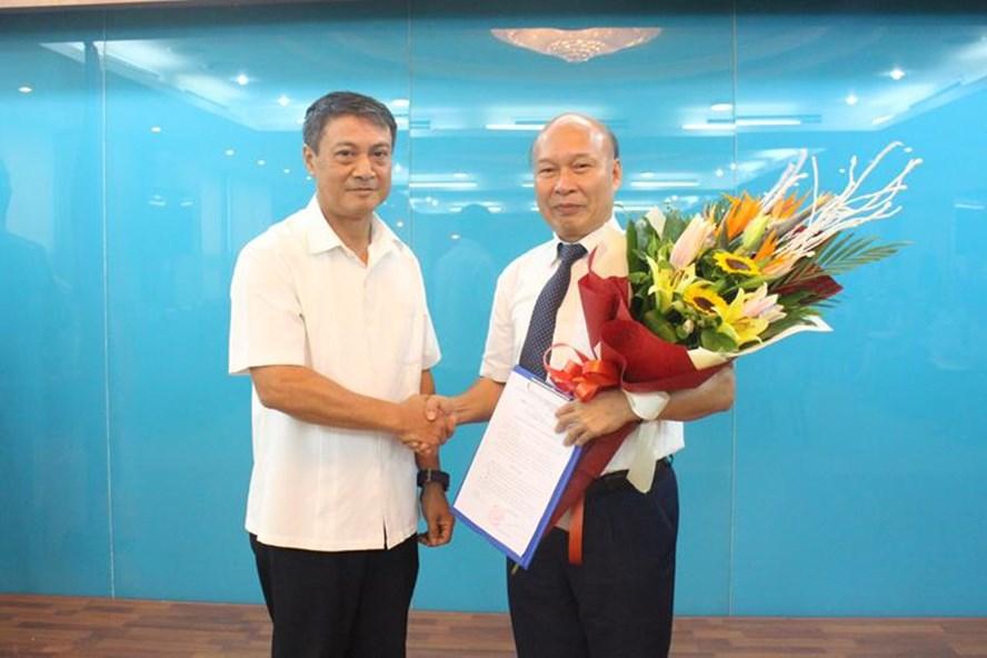 Tân Chủ tịch HĐTV MobiFone Nguyễn Mạnh Thắng (phải) nhận quyết định bổ nhiệm. Ảnh: PV