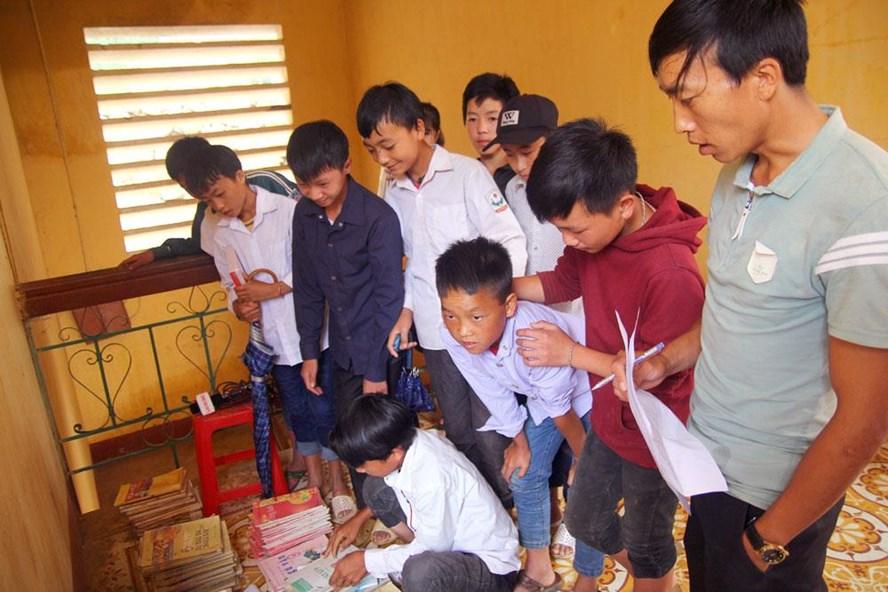 Thầy trò điểm trường Võ Thị Sáu chuẩn bị sách vở cho năm học mới. Ảnh: Cường Ngô