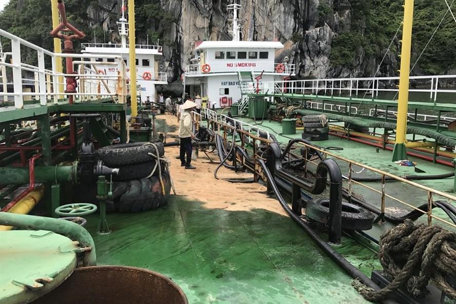 Các nhân viên xử lý dầu trên trên boong tàu sau khi đường ống chuyển tải bị bục. Ảnh: Nguyễn Hùng