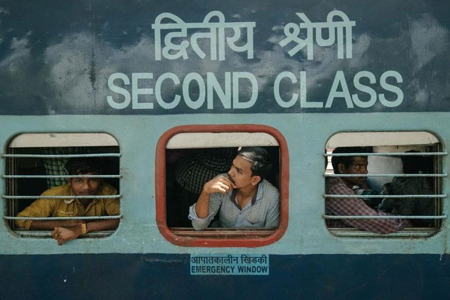 Những hành khách trên khoang hạng hai có giá vé rẻ nhất. Hành khách thường là công nhân xây dựng nhập cư trở về nhà ở Assam sau khi kết thúc công việc  tại Tamil Nadu.