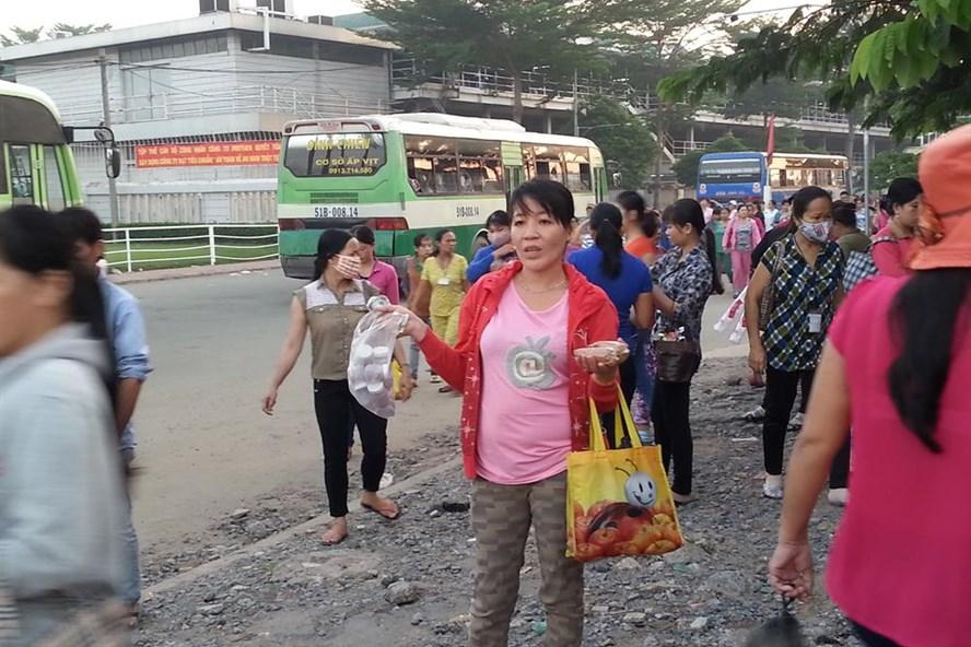 Mỗi ngày có hơn 410 chuyến xe đưa đón công nhân PouYuen ở các tỉnh lên TPHCM làm việc - Ảnh: L.T