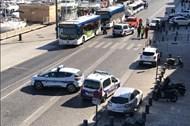 Ôtô tông liên tiếp vào 2 trạm xe buýt ở Marseille, Pháp
