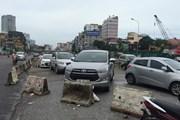 Dải phân cách đường Trường Chinh  thành nơi... đỗ xe ôtô
