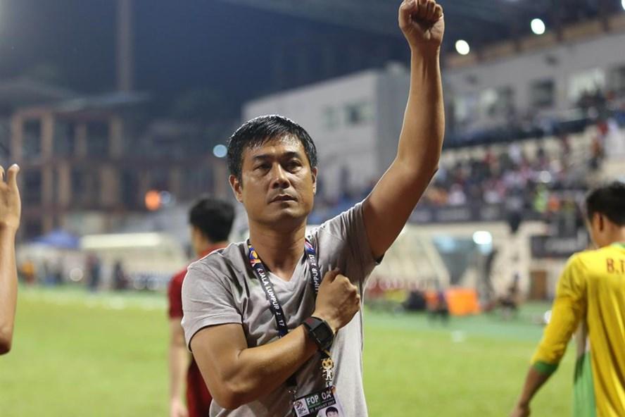 HLV Hữu Thắng cảm ơn khán giả sau trận đấu. Ảnh: Đ.Đ