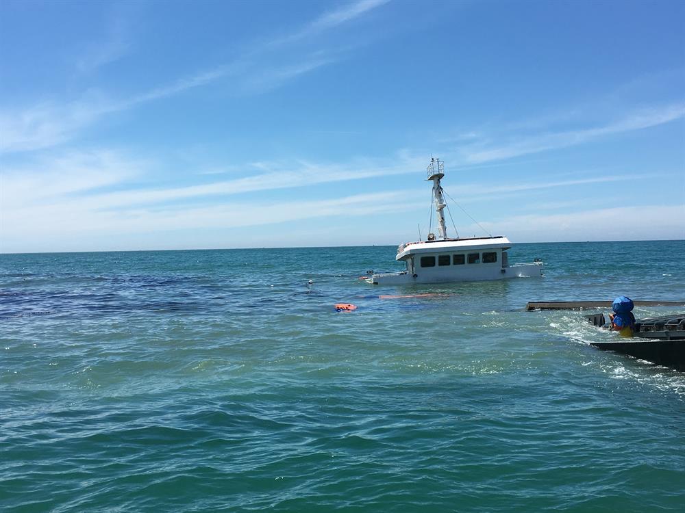 Vệt dầu đang loang ra biển