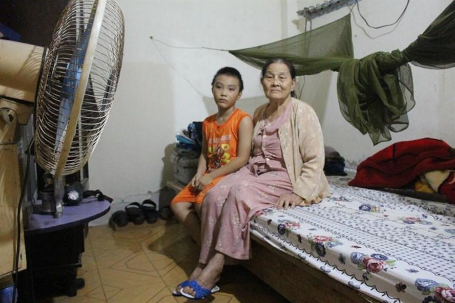 Bà Đinh Thị Chi và cháu Nguyễn Văn Thắng, ngồi đó với nỗi đau tuyệt vọng và đang cần lắm mọi sự san sẻ yêu thương