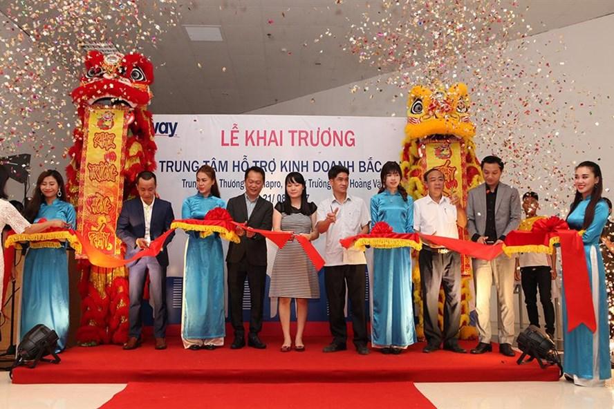 Cắt băng khai trương trung tâm hỗ trợ kinh doanh ABC (ảnh: Amway Việt Nam).