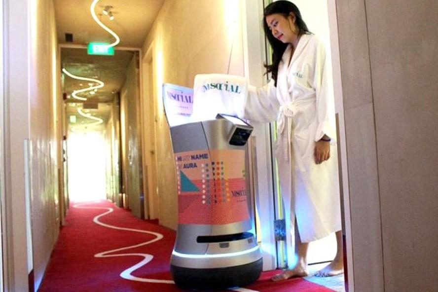 Robot AURA có thể lấy khăn và nước đóng chai, vận hành thang máy phục vụ bạn.