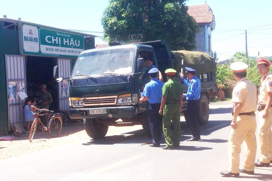 Lực lượng liên ngành xử lý nhiều trường hợp xe quá tải tại đia bàn huyện Quảng Ninh. Ảnh: Lê Phi Long