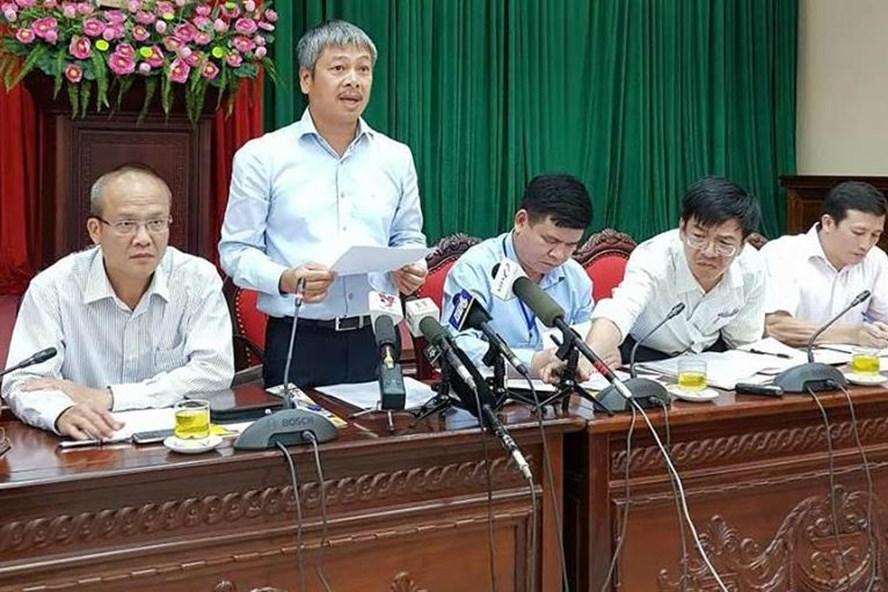 Phó giám đốc Sở Kế hoạch và Đầu tư Hà Nội - Vũ Duy Tuấn công bố nội dung quy hoạch 14 cầu vượt sông. Ảnh: Bảo Thắng