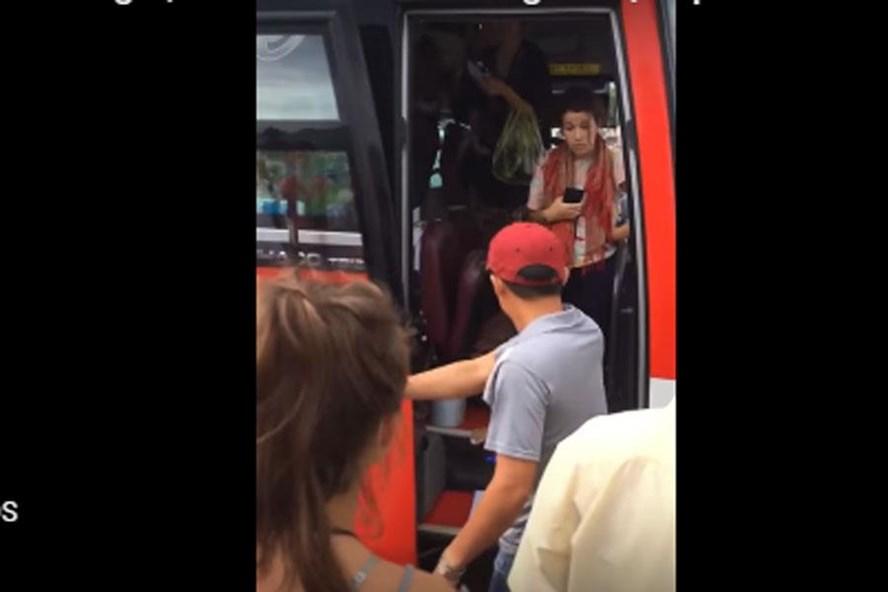 Phụ xe liên tục mắng chửi và đuổi khách xuống (Ảnh cắt từ clip)
