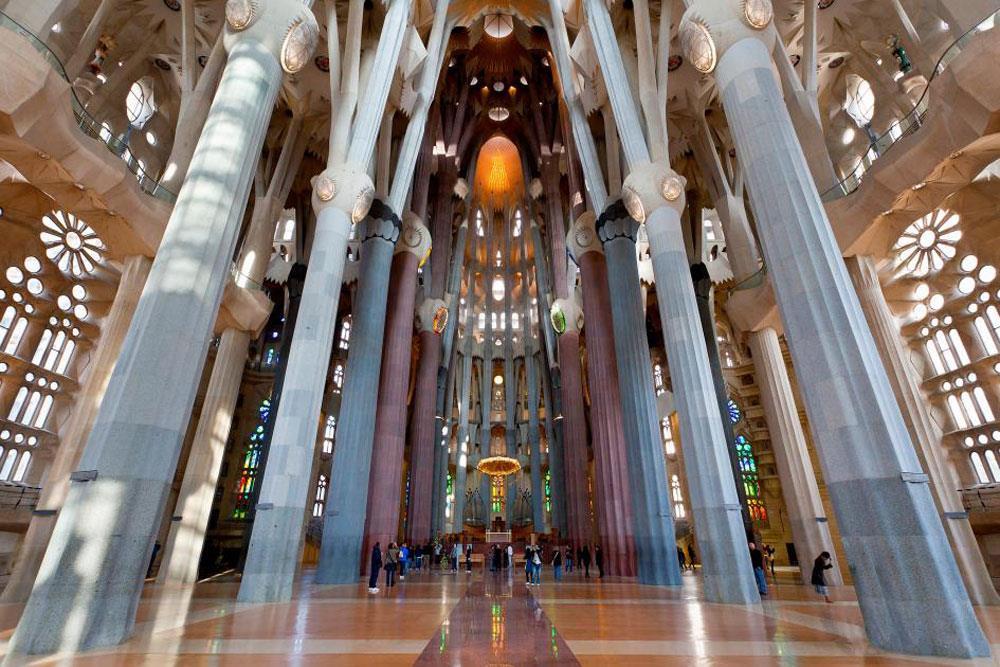 Sagrada Familia (Barcelona, Tây Ban Nha): Vương cung thánh đường Nhà thờ ngoại hiệu Thánh Gia. Nhà thờ này được khởi công xây dựng từ năm 1882 và cho đến nay, trải qua hơn một thế kỷ, vẫn chưa hoàn thành. Dự định vào năm 2026, một trăm năm sau ngày mất của Gaudí, di sản thế giới của UNESCO (từ năm 1984) sẽ được hoàn thành.
