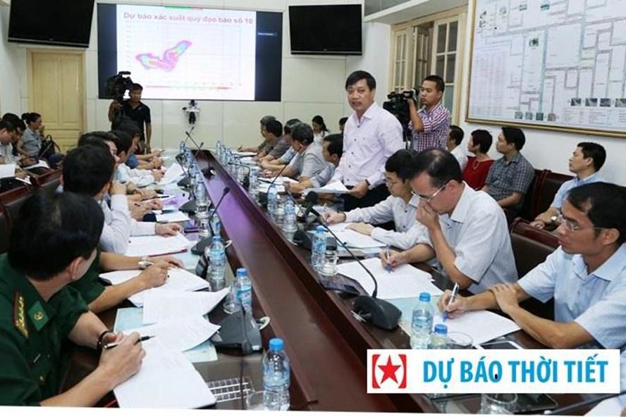 TS Hoàng Đức Cường - Giám đốc Trung tâm Dự báo khí tượng thủy văn Trung ương báo cáo về mức độ nguy hiểm của cơn bão số 10 Doksuri. Ảnh: Minh Long