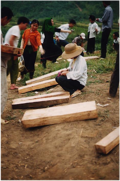 Chợ gỗ hoạt động công khai ngoài bìa rừng (Ảnh: Lãng Quân)