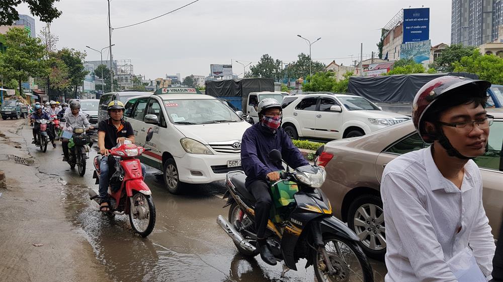 Mỗi khi trời mưa, việc đi qua đường nguyễn Hữu Cảnh là nỗi ám ảnh của người dân. Ảnh: Trường Sơn
