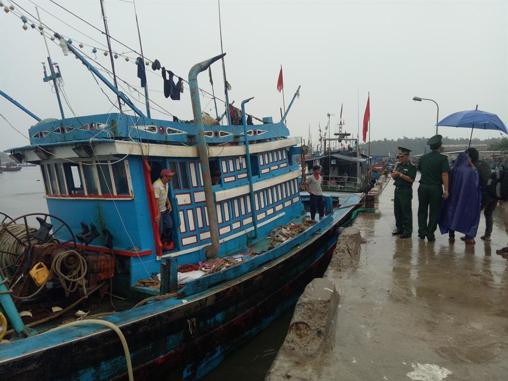Tàu cá đưa ngư dân bị nạn vào bờ an toàn. Ảnh: T.H