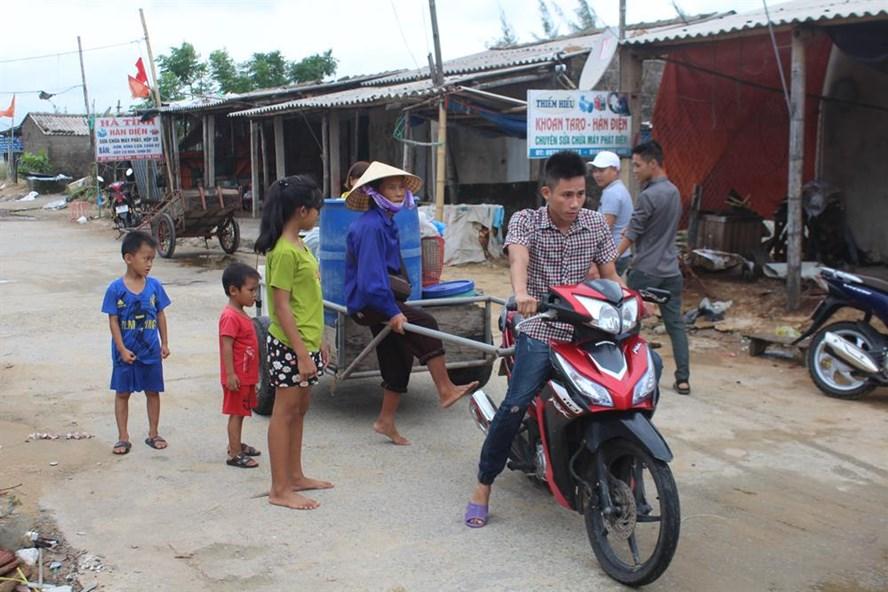 Người dân thôn Hải Nam xã Cẩm Nhượng đang sơn tán chạy bão số 10. Ảnh: Trần Tuấn