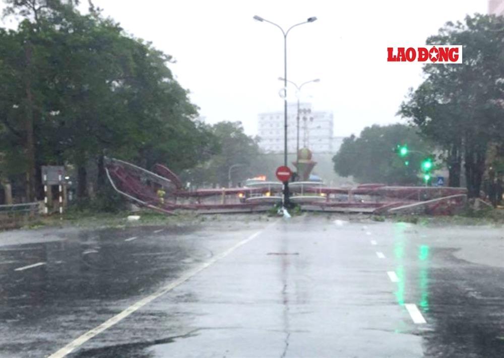Quốc lộ 1A đoạn qua TP.Đồng Hới tạm thời bị ách tắc do cổng chào Thành phố bị gãy đổ nằm chắn ngang đường. Ảnh: Lê Phi Long