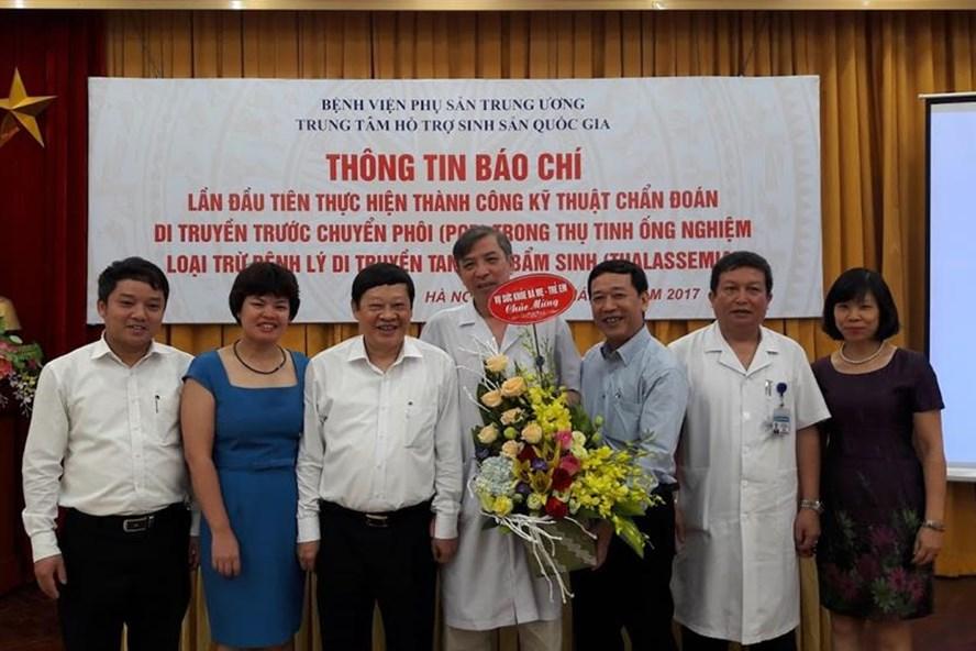 Thứ trưởng Bộ Y tế chúc mừng thành công của Bệnh viện Phụ sản TƯ (Ảnh: T.Linh)