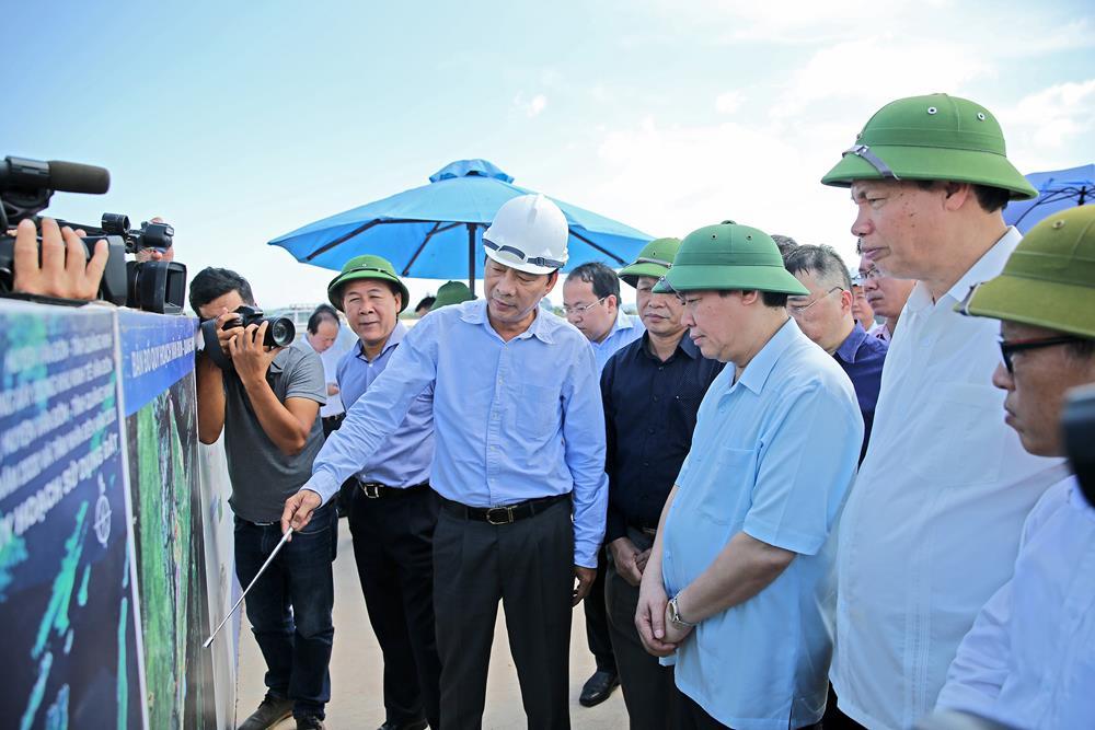 Phó Thủ tướng Chính phủ Vương Đình Huệ trong lần kiểm tra Cảng hàng không Quảng Ninh (ngày 26.8) đã biểu dương tỉnh Quảng Ninh, Sungroup mạnh dạn, đột phá triển khai dự án sân bay tư nhân đầu tiên theo hình thức đầu tư BOT.