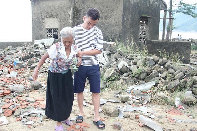 Nhà bị đánh tan tàn, nên trở về sau khi tránh bão, bà Đoàn Thị Hà, xóm Hải Bắc không còn chỗ trú ngụ. Bà được một thanh niên trong xóm dẫn vào trú ngụ tạm thời tại một hộ dân trong xóm.