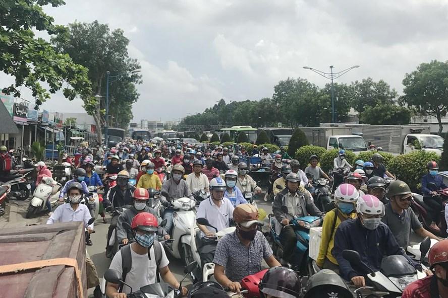 Kẹt xe trên đường Trường Chinh do cơ quan chức năng giải tỏa các ki-ốt buôn bán sinh vật cảnh sáng ngày 16.9.  Ảnh: M.Q