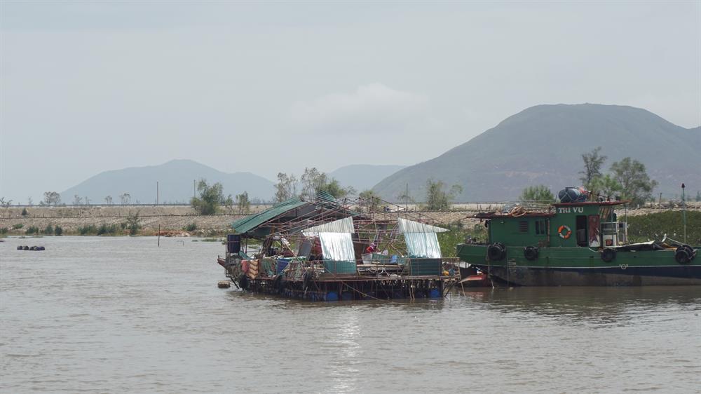 Ngành nuôi trồng thủy sản bị thiệt hại rất lớn. Ảnh: QĐ