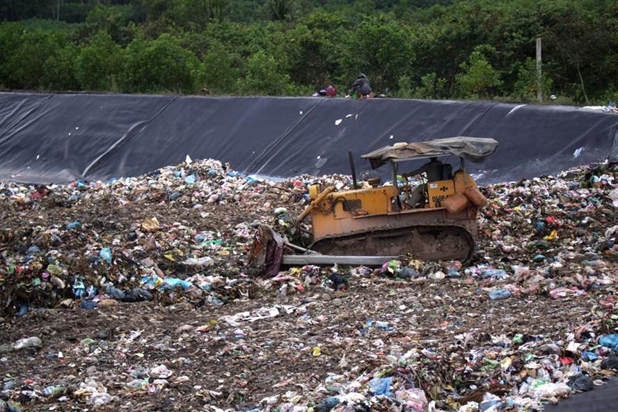 Quảng Ngãi loay hoay tìm chỗ đổ 300 tấn rác mỗi ngày. Ảnh: T.H