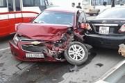 Ôtô lấn làn gây tai nạn liên hoàn trên cầu Thăng Long