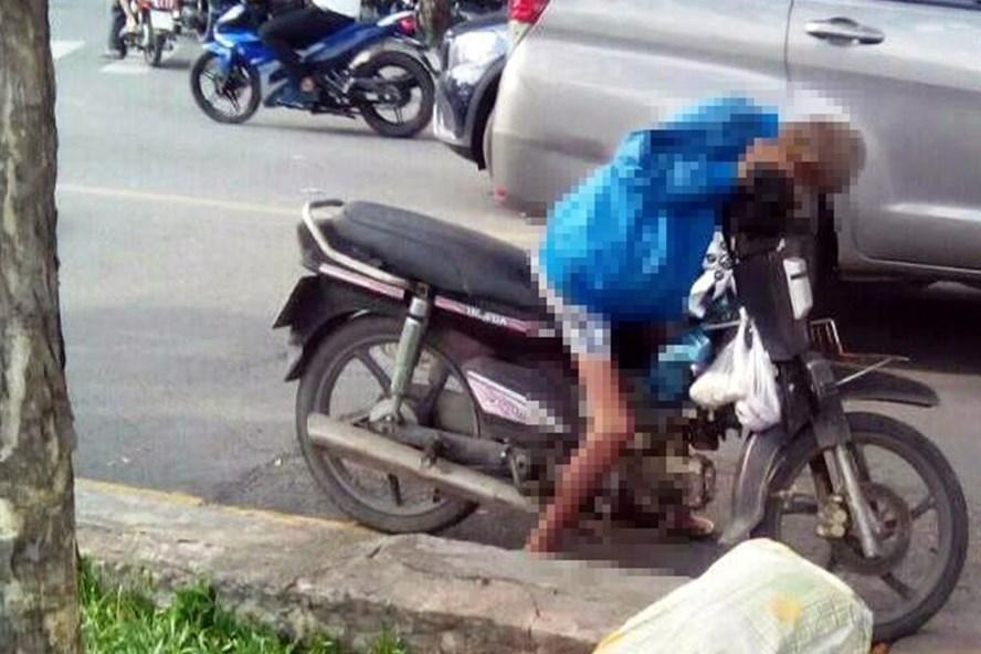 Người đàn ông khoảng 60 tuổi gục chết trên chiếc xe máy bên đường Trường Sa, quận Phú Nhuận chiều nay. Ảnh: T.S