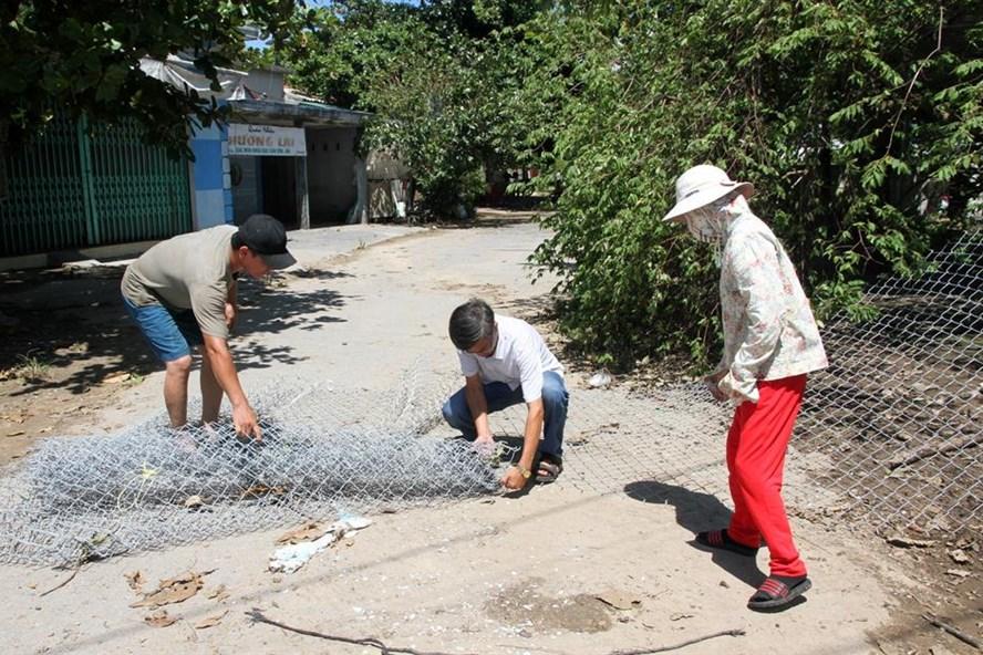 Người dân góp tiền mua lưới B40 để làm hàng rào, quây lại không cho công ty thủy sản hoạt động trong lúc bị cơ quan chức năng tạm đình chỉ. Ảnh: Hưng Thơ.